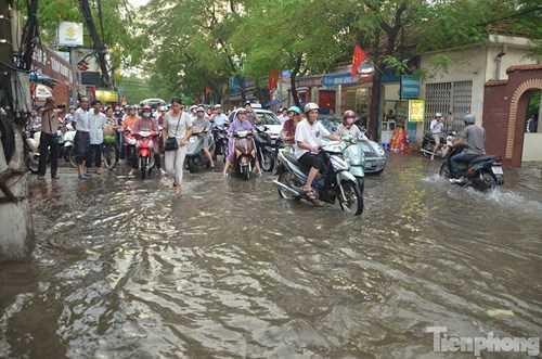 Tại khu vực đường Đội Cấn (Ba Đình, Hà Nội) nước ngập sâu khiến các phương tiện không thể đi qua được gây ra cảnh ùn tắc kéo dài.