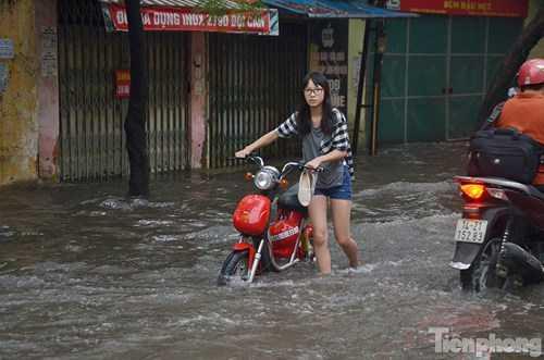 Các loại phương tiện như xe đạp điện bị chết máy do đi qua khu vực nước sâu.