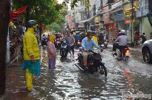 Các công nhân có mặt tại các điểm ngập sâu khơi thông dòng nước và hướng dẫn các phương tiện, đặt biển cảnh báo.