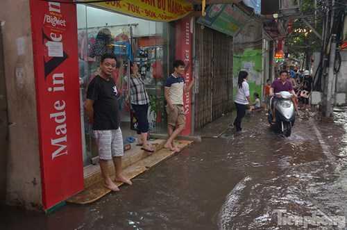 Theo chủ cửa hàng trên phố Đội Cấn thì hai trận mưa gần đây nước dâng cao ngập vào nhà 10 cm. Gia đình phải di chuyển đồ đạc lên chỗ cao để tránh nước làm hư hỏng.