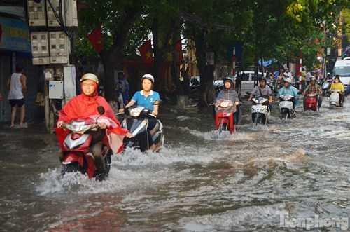 Nước ngập nửa bánh xe máy