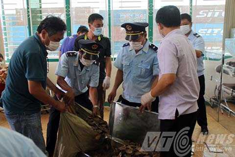 Lực lượng chức năng tiến hành kiểm tra lô hàng ngà voi, vảy tê tê