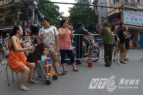 Người dân sống trong những khu phố bị cấm đường phải có chứng minh thư, giấy tờ chứng minh mới được giải quyết ra vào.