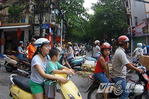 Nhiều người dân mệt mỏi quay đầu tìm đường khác để trở về nhà.