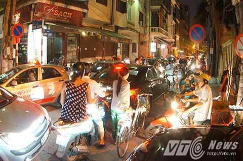 Giao thông ùn tắc tại ngã 3 Linh Lang – Đội Cấn.