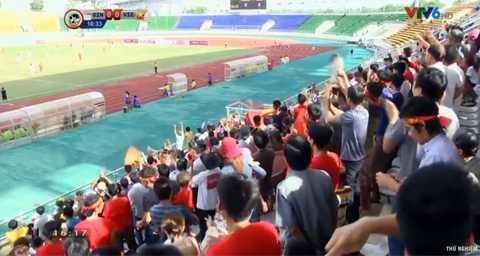 Niềm vui của CĐV Việt Nam trên khán đài sân vận động Quốc gia Lào.
