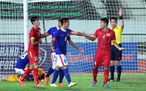 Đức Chinh (số 4) bỏ lỡ quá nhiều cơ hội của U19 Việt Nam trong trận đấu với U19 Malaysia