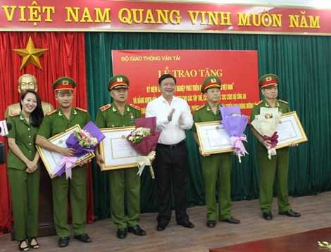 Bộ Trưởng Bộ GTVT Đinh La Thăng trao tặng tập thể Cục cảnh sát hình sự. Ảnh: VIẾT LONG