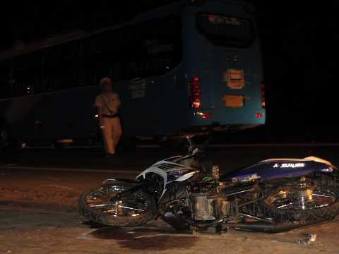 Xe máy ngã văng xa hàng chục mét. Ảnh: Thanh Hải