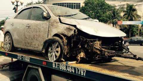 Chiếc ô tô bị hư hỏng nặng sau pha tai nạn kinh hoàng.