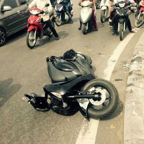 Chiếc xe máy SH bị hư hỏng nằm trên đường.