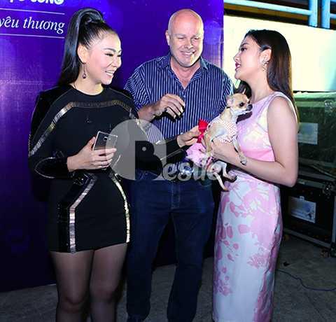 Vợ chồng nữ ca sĩ Thu Minh tỏ ra thích thú khi nhìn thấy chú chó cưng của Văn Mai Hương.