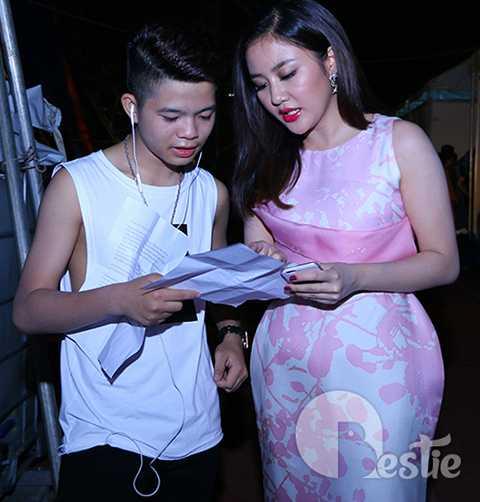 Trong đêm concert, ngoài tiết mục cá nhân, Văn Mai Hương còn có màn kết hợp song ca cùng quán quân