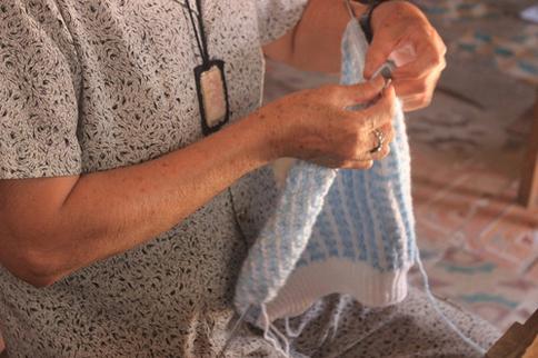 Đôi tay đã nhăn nheo vì tuổi già những công việc ấy chưa dừng lại.