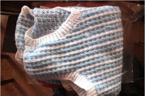 Chiếc áo ấm được hoàn thành do chính bàn tay bà Bộ.