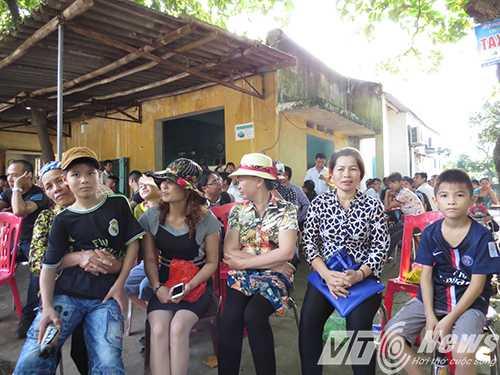 Gia đình chờ đợi đón anh em ông Vươn, ông Quý tại Trại giam Hoàng Tiến (Hải Dương) được đặc xá nhân dịp Quốc khánh 2/9 - Ảnh MK