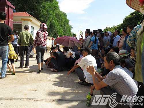 Hàng ngàn người thân của các phạm nhân đã có mặt từ sáng sớm trước cổng Trại giam Hoàng Tiến đến đón người thân được đặc xá tha tù dịp Quốc khánh 2/9 - Ảnh MK