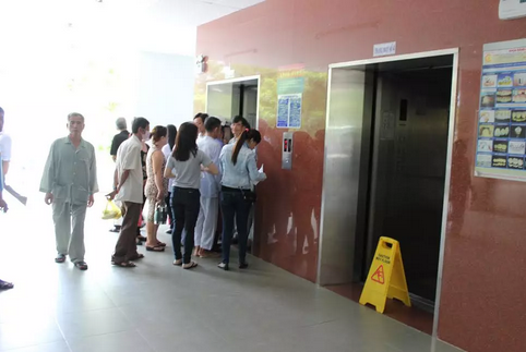 Thang máy bệnh viện rơi từ tầng 4 khiến cụ Thuận bị thương nặng đã được ngưng sử dụng.