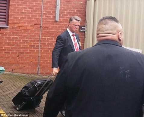 Louis van Gaal rất tức giận sau trận thua Swansea