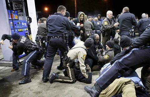 Tình trạng căng thẳng giữa cảnh sát và người da màu tại Mỹ gia tăng sau vụ việc tại Ferguson
