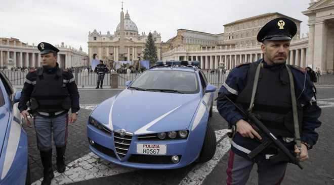 Cảnh sát vũ trang Italy canh gác tại khu vực quảng trường Thánh Peter ở Rome