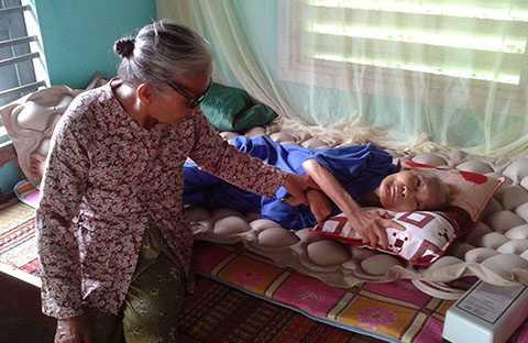 Chị dâu Lê Thị Phán chăm sóc em chồng Nguyễn Thị Ân