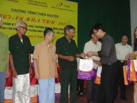 Tặng quà cho các thương bệnh binh tại Trung tâm nuôi dưỡng thương binh Lạng Giang.