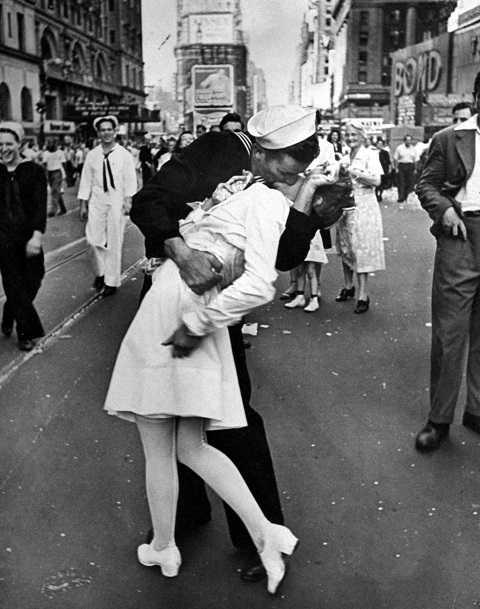 Bức ảnh 'Nụ hôn lịch sử' đăng tải trên tạp chí LIFE