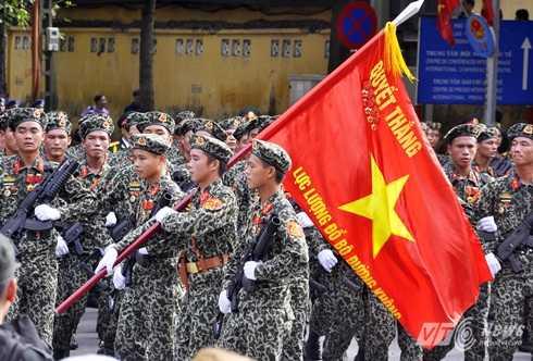 Lực lượng đổ bộ đường không trong buổi lễ diễu binh sáng nay - Ảnh: Minh Chiến