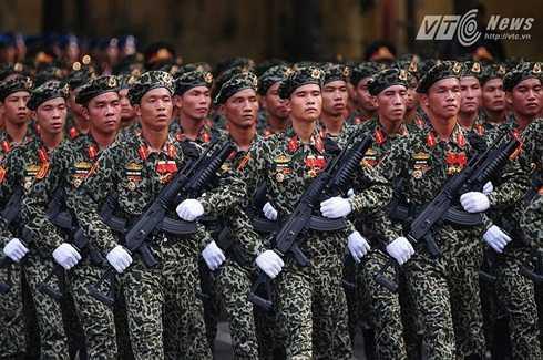 Lực lượng đổ bộ đường không được trang bị súng Galil ACE 32 gắn súng phóng lựu M203 - Ảnh: Minh Chiến