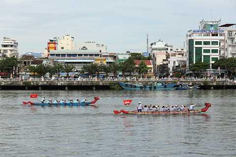 Sáng 2/9, hàng ngàn người dân và du khách tập trung 2 bờ sông Hàn theo dõi cuộc thu đua thuyền đầy kịch tính