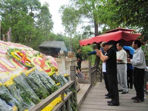 Dòng người xếp hàng đến viếng mộ Đại tướng