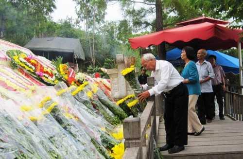 Ông Trần Quốc Ánh cùng con cháu từ Thanh Hóa vào viếng mộ Đại tướng