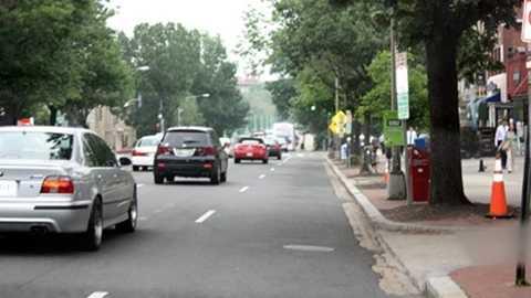Xe ô tô luôn đi đúng làn đường (ảnh: Nhật Quỳnh/VOV)