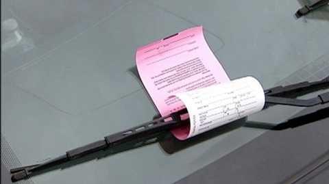 Vé phạt sẽ được gắn ở cần gạt nước đối với những xe vi phạm