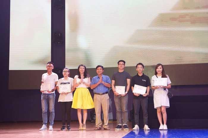 PGS.TS. Nguyễn Minh Xuân và diễn viên Kim Oanh trao giải cho các đội.