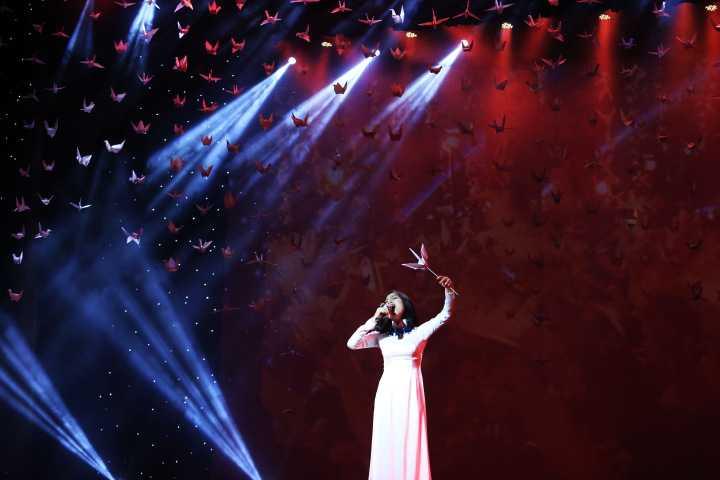 Hoàng Quyên mặc áo dài trắng hát lên khát vọng hòa bình