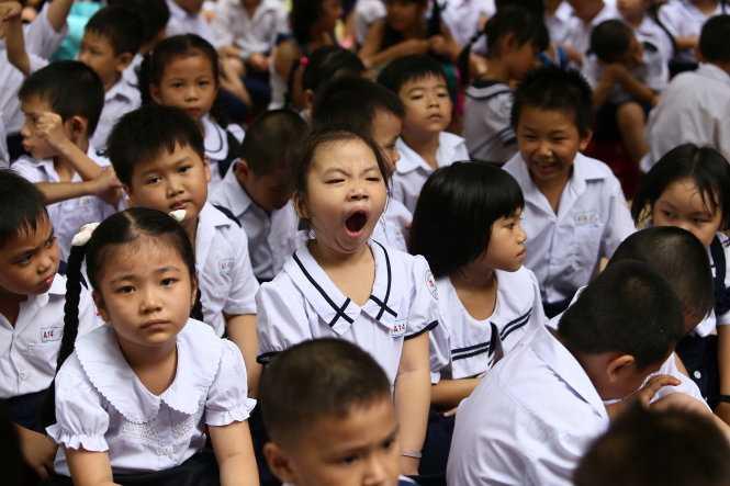 Bắt các em học sinh tiểu học phải ngồi dưới trời nắng nóng và nghe người lớn phát biểu trông thật tội nghiệp. Trong ảnh: học sinh lớp 1 ở một trường tiểu học tại TP.HCM trong lễ khai giảng - (Ảnh: Như Hùng/ Tuổi trẻ)