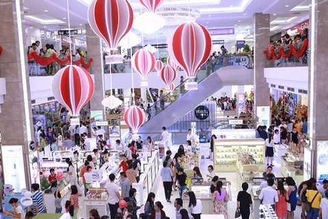 TTTM Vincom Quang Trung thu hút rất đông khách hàng ngay sau khi khai trương