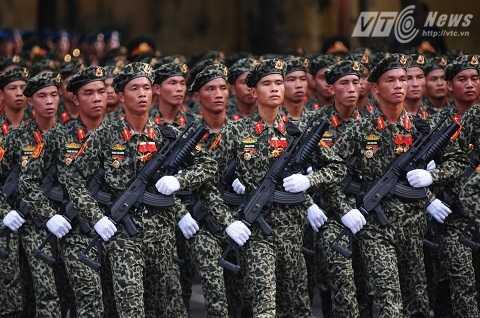 Lực lượng đổ bộ đường không với trang bị súng Galil ACE 32 gắn súng phóng lựu M203 - Ảnh: Tùng Đinh