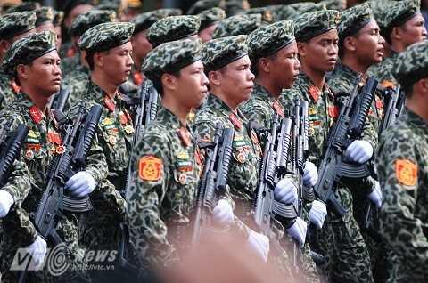 Các chiến sỹ đổ bộ đường không nghiêm trang trong trang phục rằn ri, mũ nồi và súng trường Galil ACE 32 gắn súng phóng lựu M203 - Ảnh: Tùng Đinh