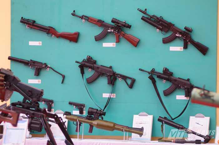 Các loại súng trường Galil do Việt Nam sản xuất được trưng bày trong Đại hội thi đua quyết thắng toàn quân tháng 7 vừa qua - Ảnh: Tùng Đinh