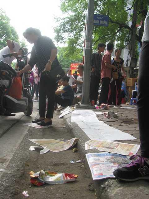 Sau khi buổi lễ kết thúc, đường phố chỉ còn lại toàn... rác là rác (Ảnh: 24h)