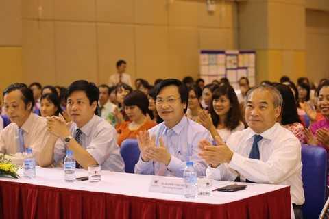 Thứ trưởng Bộ Giáo dục và Đào tạo Nguyễn Vinh Hiển và các lãnh đạo ngành Giáo dục trong Lễ trao Bằng khen tại Trường PTLC Vinschool