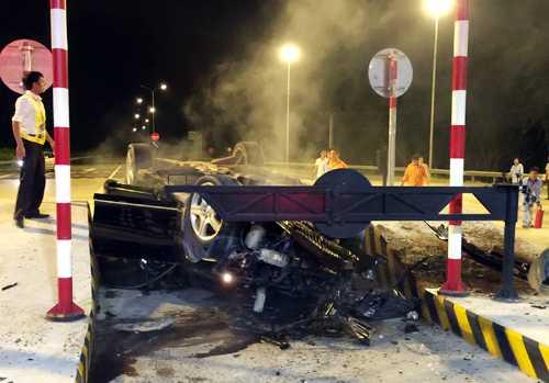 Chiếc xe Mercedeshư hỏng nặng. Ảnh: CTV