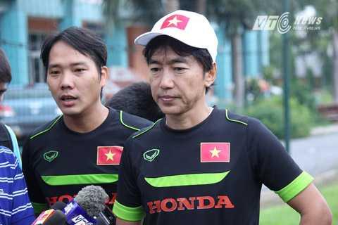 HLV Miura trả lời phỏng vấn báo chí (Ảnh: Quang Minh)