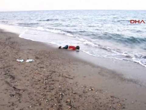 Hình ảnh cậu bé Aylan  nằm bất động trên bờ biển