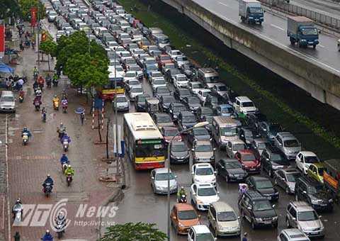 6 làn xe ô tô xếp hàng chật kín lòng đường Nguyễn Xiển.