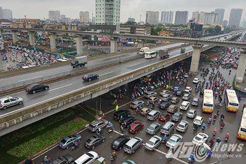 Ngã tư Nguyễn Xiển – Nguyễn Trãi, hàng dài các phương tiện di chuyển chậm chạp nối đuôi nhau.