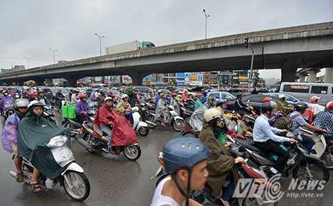 Thời điểm 10 giờ sáng, tình trạng tắc đường ở Hà Nội vẫn chưa chấm dứt. Các phương tiện vẫn xếp hàng nối đuôi nhau di chuyển chậm chạp qua ngã tư này.